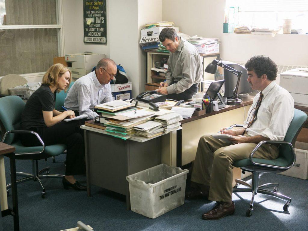 """ABD'nin hala etkin olan en eski araştırmacı gazetecilik birimi olan The Boston Globe'un """"Spotlight"""" ekibini konu alıyor."""