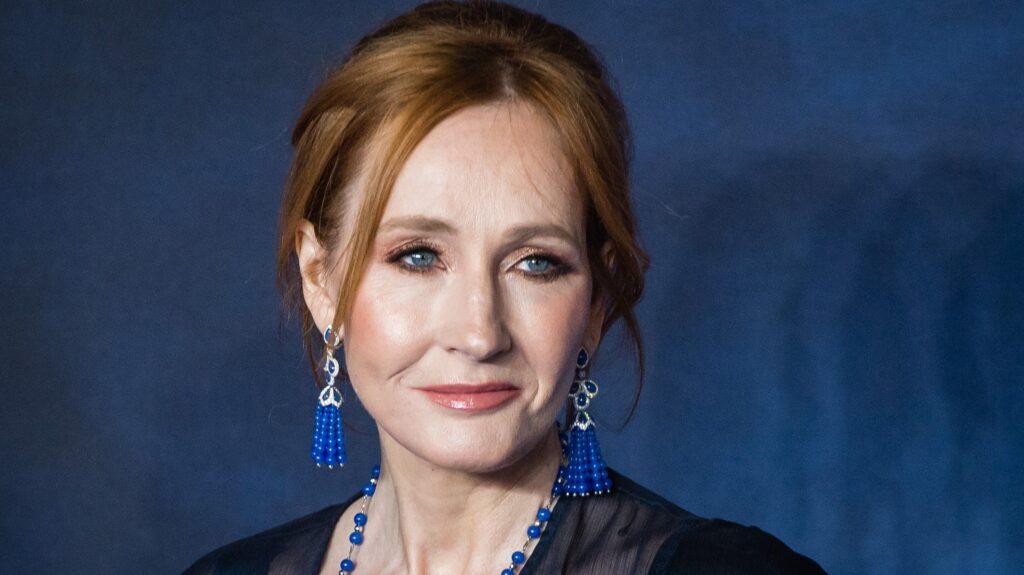 Ünlü yazar, film ve televizyon yapımcısı J.K. Rowling, en başarılı kadınlar arasında gösterilmektedir.