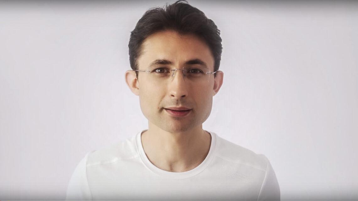 23 Temmuz 1974 yılında İstanbul'da dünyaya gelen Barış Özcan, M.Ü Hukuk fakültesi mezunudur.