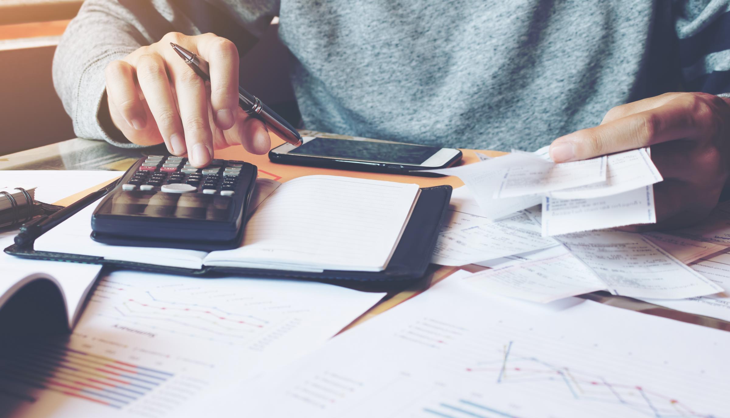 Yapılacak ilk ve en önemli şey, aylık harcamalarınızı takip etmektir.