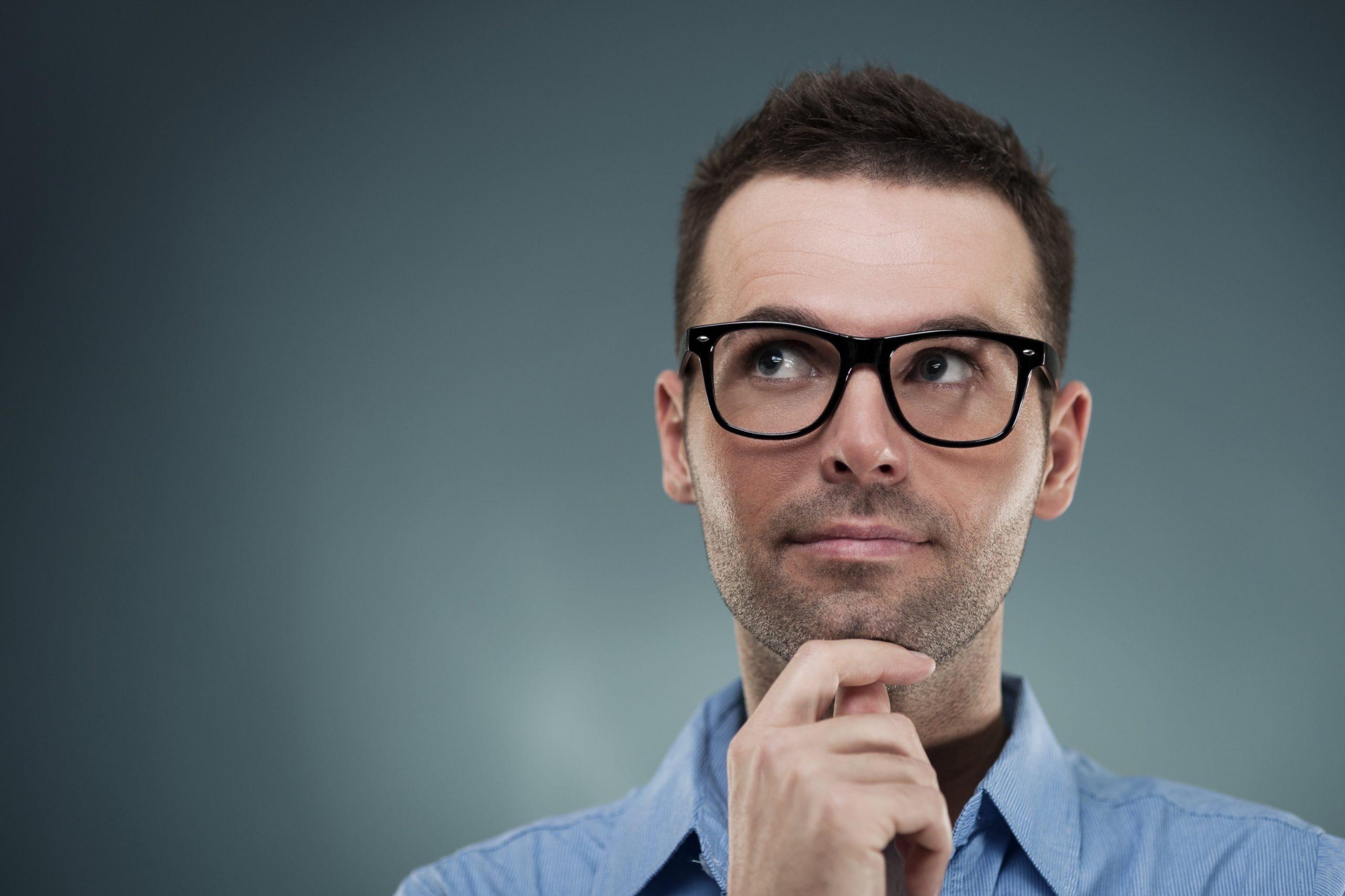 Eleştirel düşünmeyi düşünmenin bir başka yolu, kendini yöneten, kendini izleyen, kendini disiplinli ve düzeltici bir düşünme yöntemi olmasıdır.