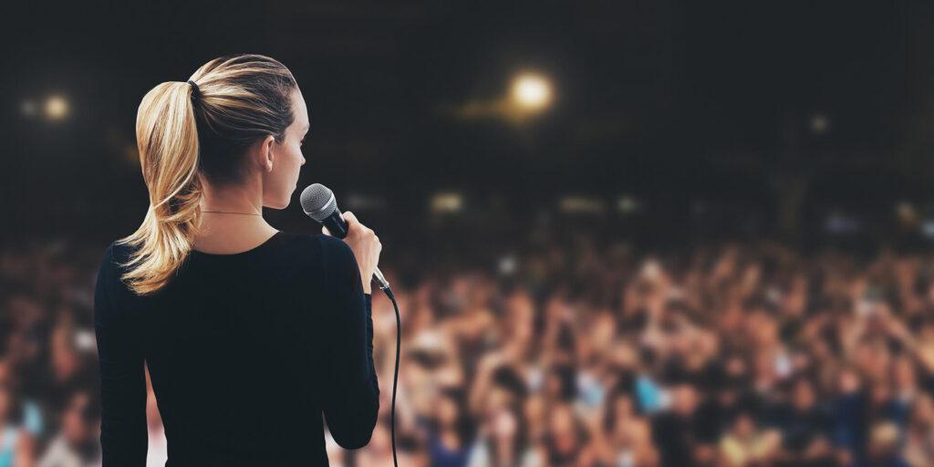 Etkili bir konuşmacı, sabit, ritmik bir tonda iddialı bir şekilde konuşur.