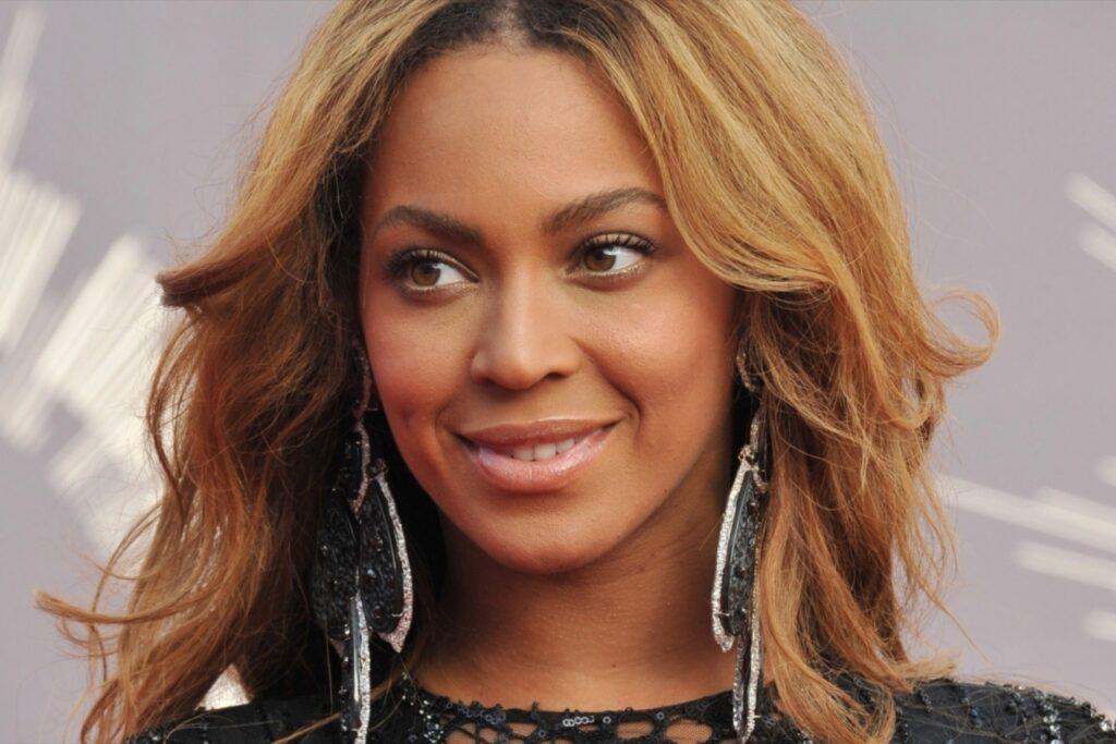 Beyonce aynı zamanda şarkıcı, söz yazarı, oyuncu ve girişimcidir.