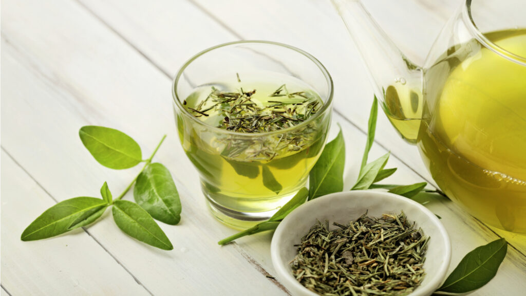 Yeşil çay ve kahve içeriğinde bulunan kafein ve teanin sayesinde dikkat yoğunluğunun sağlanmasında birlikte görev alır.