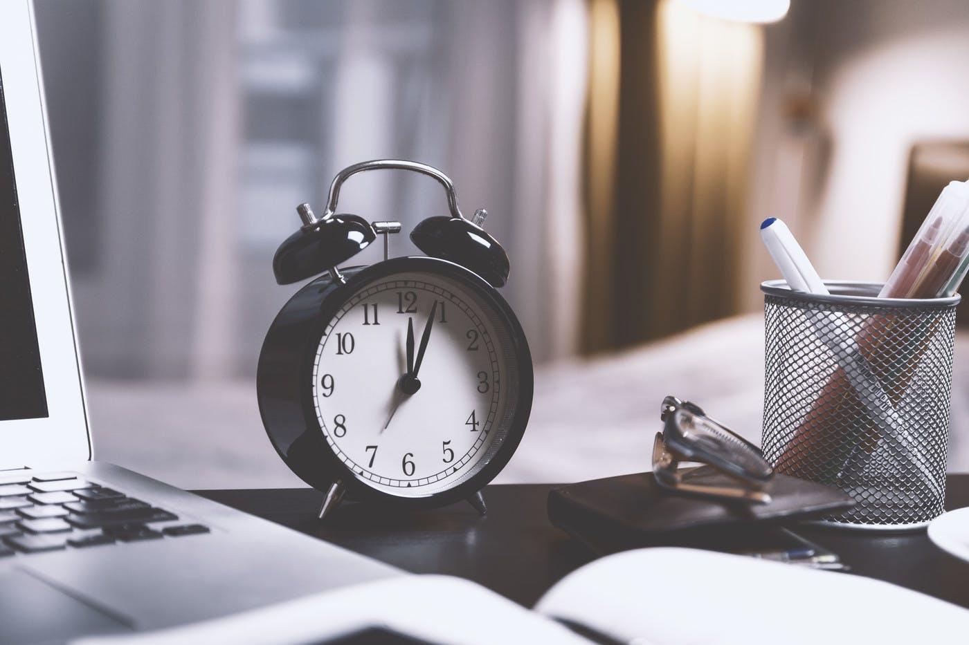 Sabah saatlerinde veya öğle yemeğinden önce birçok görevi tamamlayabileceğinizden eminseniz, tüm dikkat dağıtıcı şeyleri bir kenara bırakarak gitmeniz gerekir.