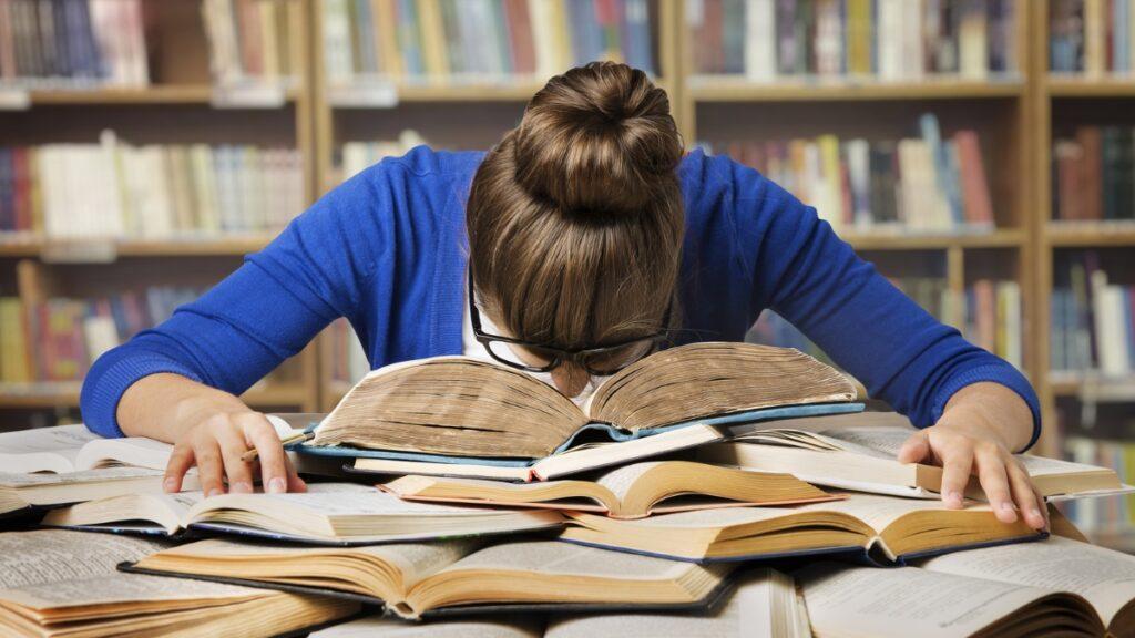 Sınav kaygısı belirtileri - Çocuğunuz, materyali çalışıp tanıdığı halde hazırlanmadığından veya her şeyi unutacağından endişe edebilir.