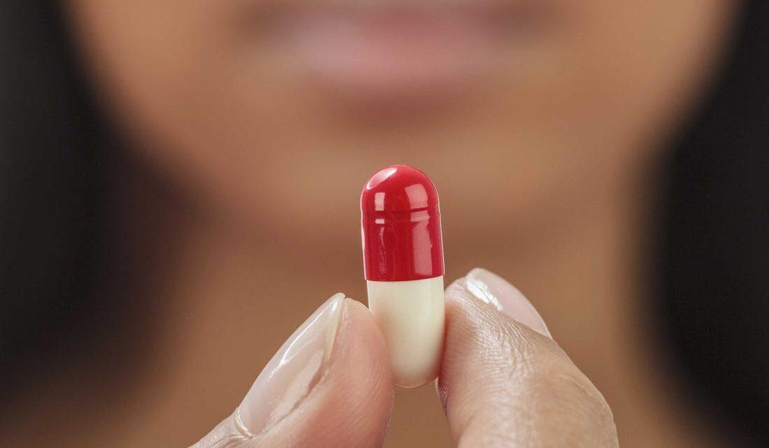 Latin kökenli olan Plasebo, hoşnut etme anlamında kullanılıyor ayrıca ilaç olmayan şeylerin ilaç gibi etkili olması anlamına da geliyor.