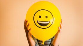 Olumlu tutumu, iyi şeylerin genel olarak gerçekleşeceğine dair bir beklenti ve iyimserlik olarak tanımlayabiliriz; ekibiniz, kendiniz ve genel olarak yaşamınız için.
