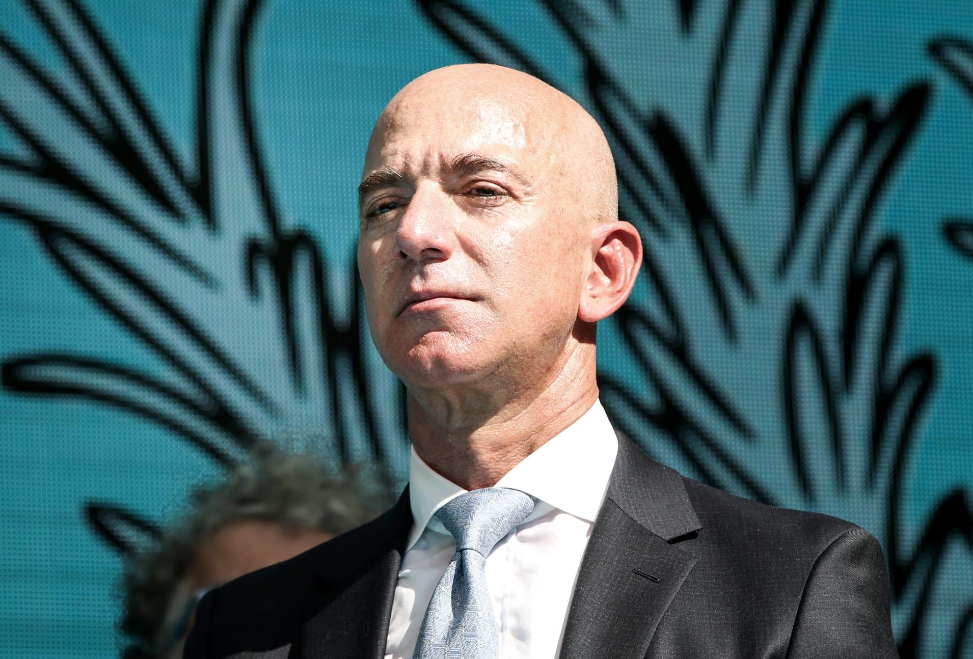 Jeff Bezos -Amazon.com, 5 Temmuz 1994 senesinde Amerika Birleşik Devletleri'ne bağlı Seattle şehrinde kurulmuştur.