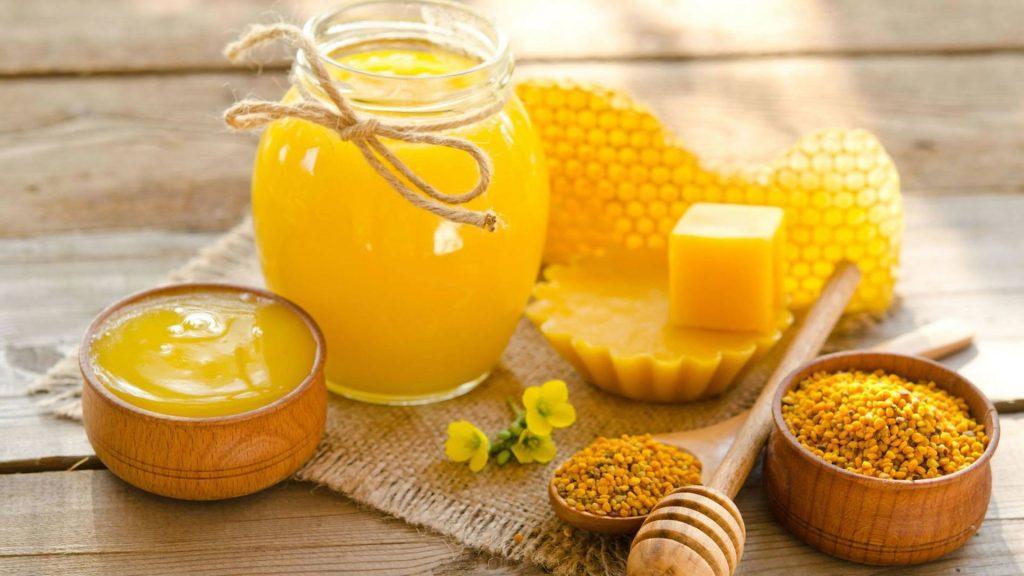 Propolis, arıların bitkilerden ürettiği ve kovan içi temizlikte ve kovanın yalıtımında kullandıkları bir maddedir.