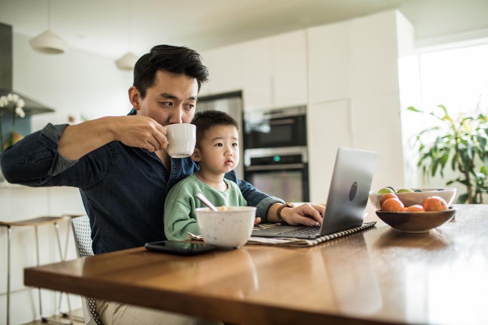Evden İş İmkanları - Sık sık evden çalışmanın pijamalarınızla çalışmak anlamına geldiği fikrine kapılsak da, bu tuzağa düşmeyin!