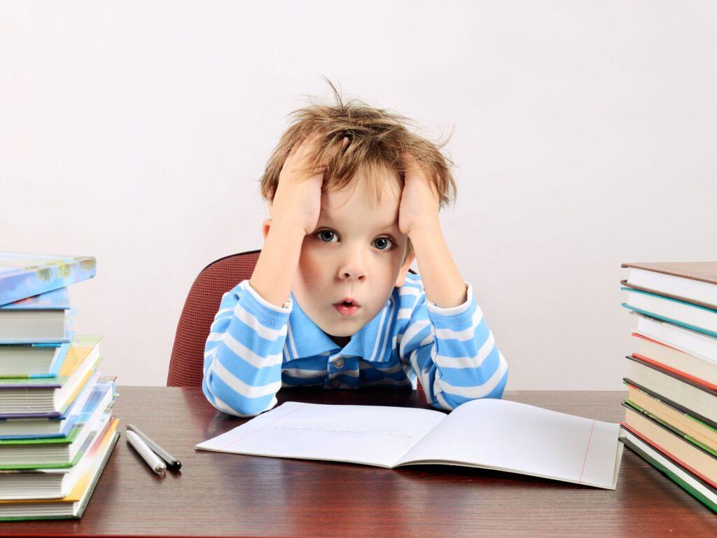 Çocuğunuzun, özellikle yaklaşan testler veya ödevler varsa, okuldaki stres nedeniyle bunalmış olduğuna dair işaretlere dikkat edin.