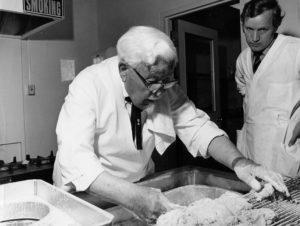 Colonel Harland Sanders kapıdan kapıya kızarmış tavuk satmak için 87 dolar ödünç aldı