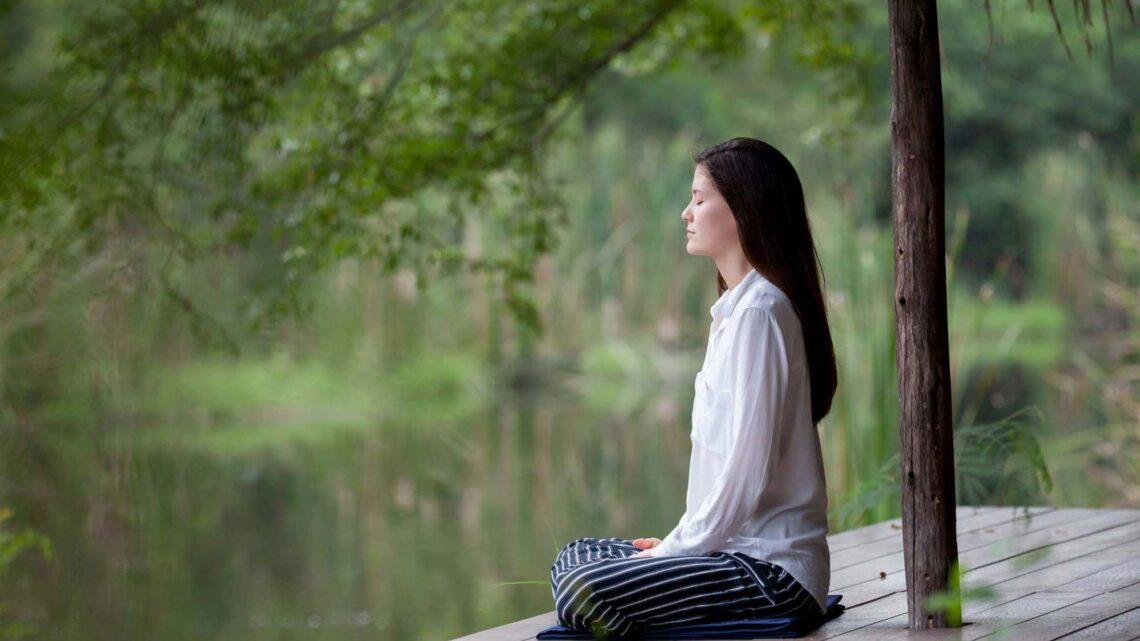 Odaklanma meditasyonu, şimdiki zamanda kalmanın ve iç diyaloğu yavaşlatmanın bir yolu olarak bir şeye dikkatle odaklanmayı içerir.