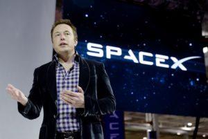 Vizyon sahibi girişimci Elon Musk, PayPal'ın (PYPL), Tesla Motors'un (TSLA) ve SolarCity'nin (SCTY) kurucu ortağıdır ve SpaceX'in kurucusudur.
