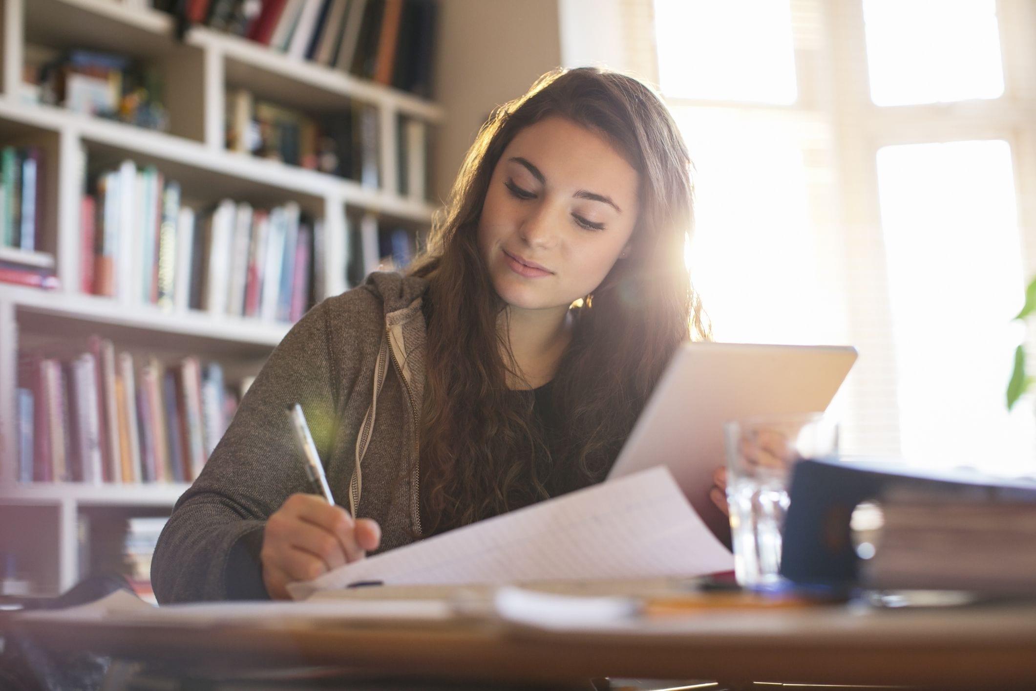 Daha etkili öğrenci olmak için bir başka harika yol da, zaten bildiğiniz şeylerle yeni bilgiler ilişkilendirmeyi içeren ilişkisel öğrenmeyi kullanmaktır.
