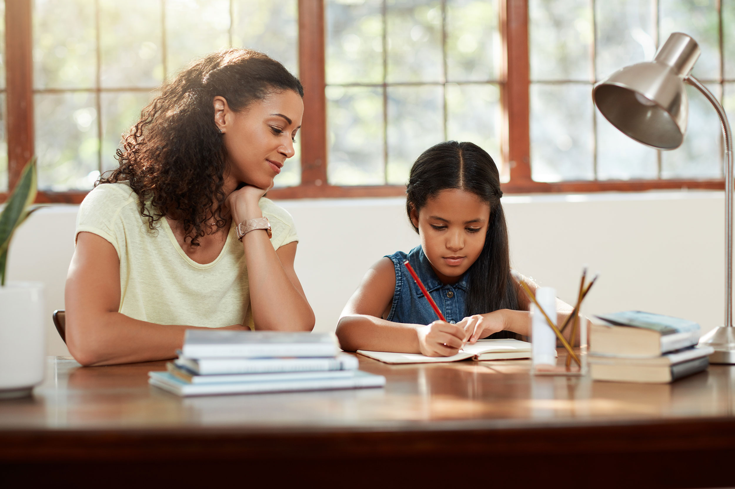 Araştırmalar, özellikle erken başlangıçta müdahale olursa, öğrenilmiş çaresizliğin başarılı bir şekilde azaltılabileceğini göstermektedir.