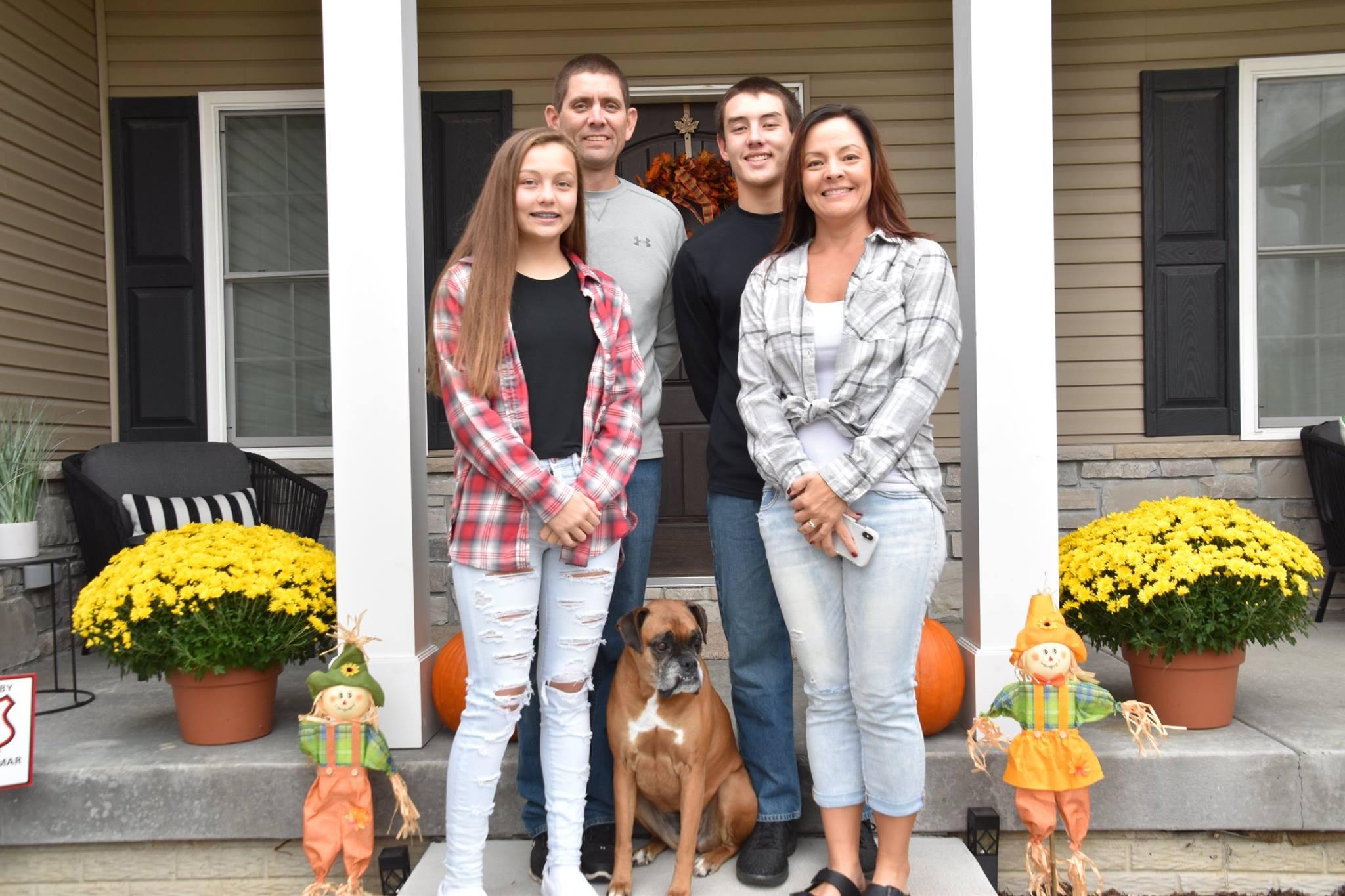 Jen Furness, 18 yıldır ruh eşi Keith ile evli ve iki çocuğun, Carter ve Faith'in, annesi.