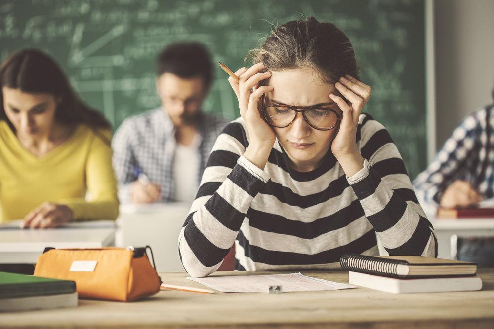 Aslında, sınav kaygısı ile mücadele eden öğrenciler tipik olarak akranlarının yarısından daha düşük bir dereceye düşer.