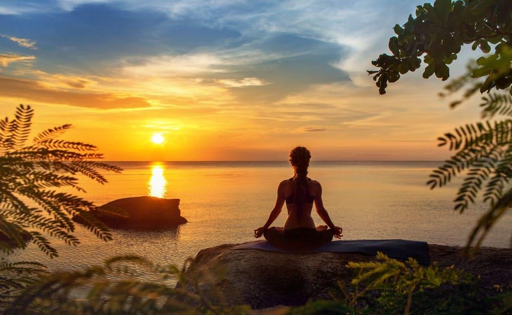 Meditasyon yapmak için nilüfer pozunda sessizlik içinde oturmanıza gerek yok.