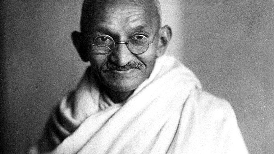 Asıl adı Mohandas Karamçand Gandhi olan, Gandhi, 2 Ekim 1869 yılında Hindistan'ın Porbandar kentinde doğmuştur.