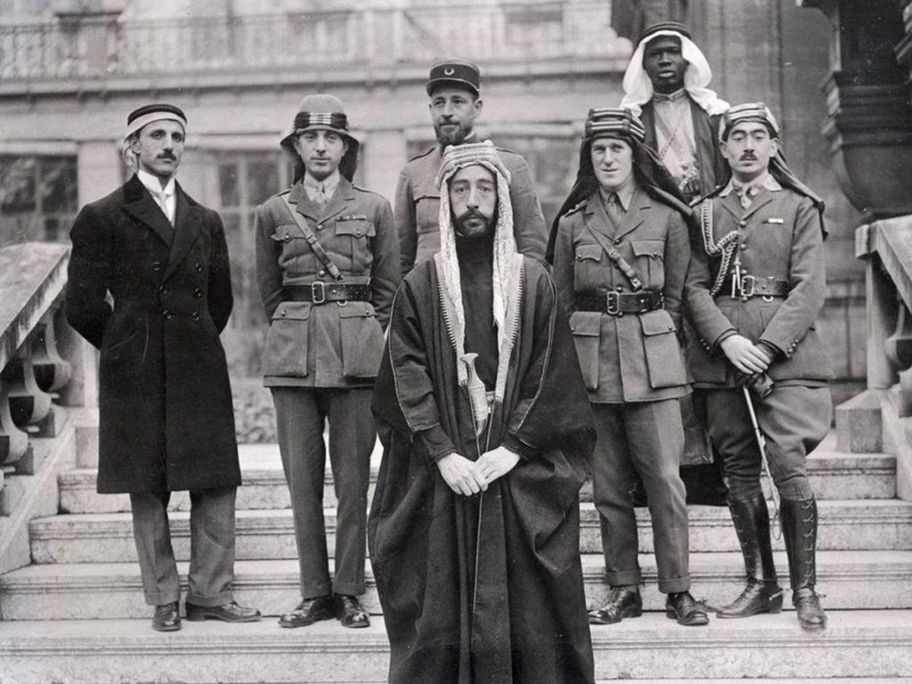 Arabistanlı Lawrance - Memurun savaşta var olan şiddete, kendi kimliğine ve yerli Britanya ile Arap Çöl kabileleri içindeki yoldaşları arasındaki bölünmüş bağlılığına olan duygusal mücadelelerini belgeliyor.