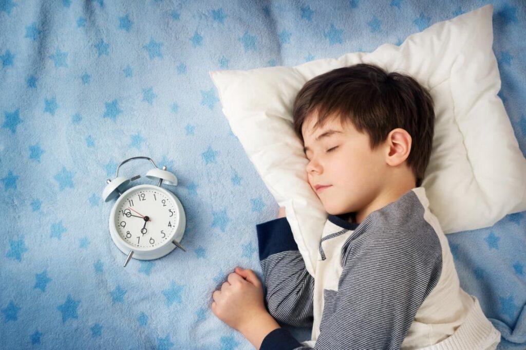 Düzenli Uyku - İster evde bir etkinlik ister organize bir ders dışı etkinlik olsun, çocuğunuzun hoşlandığı bir şeyi yapması için zaman ayırın.
