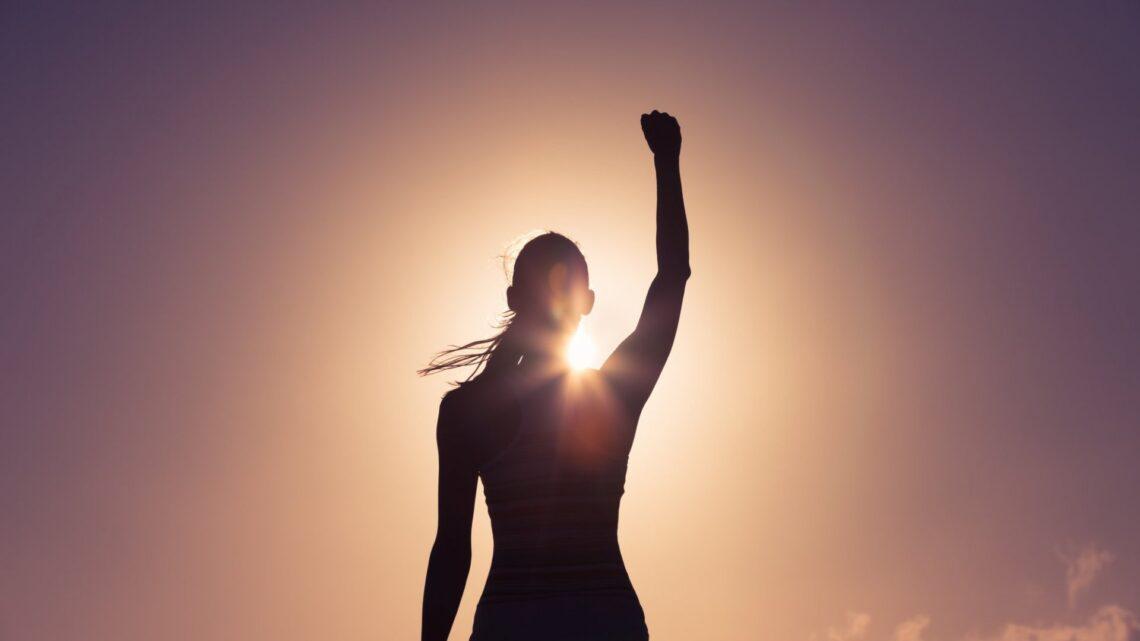 Kendine güvenen bir birey, kişisel ve mesleki hedeflerini gerçekleştirmek için genellikle zorluklarla karşılaşmaya isteklidir.