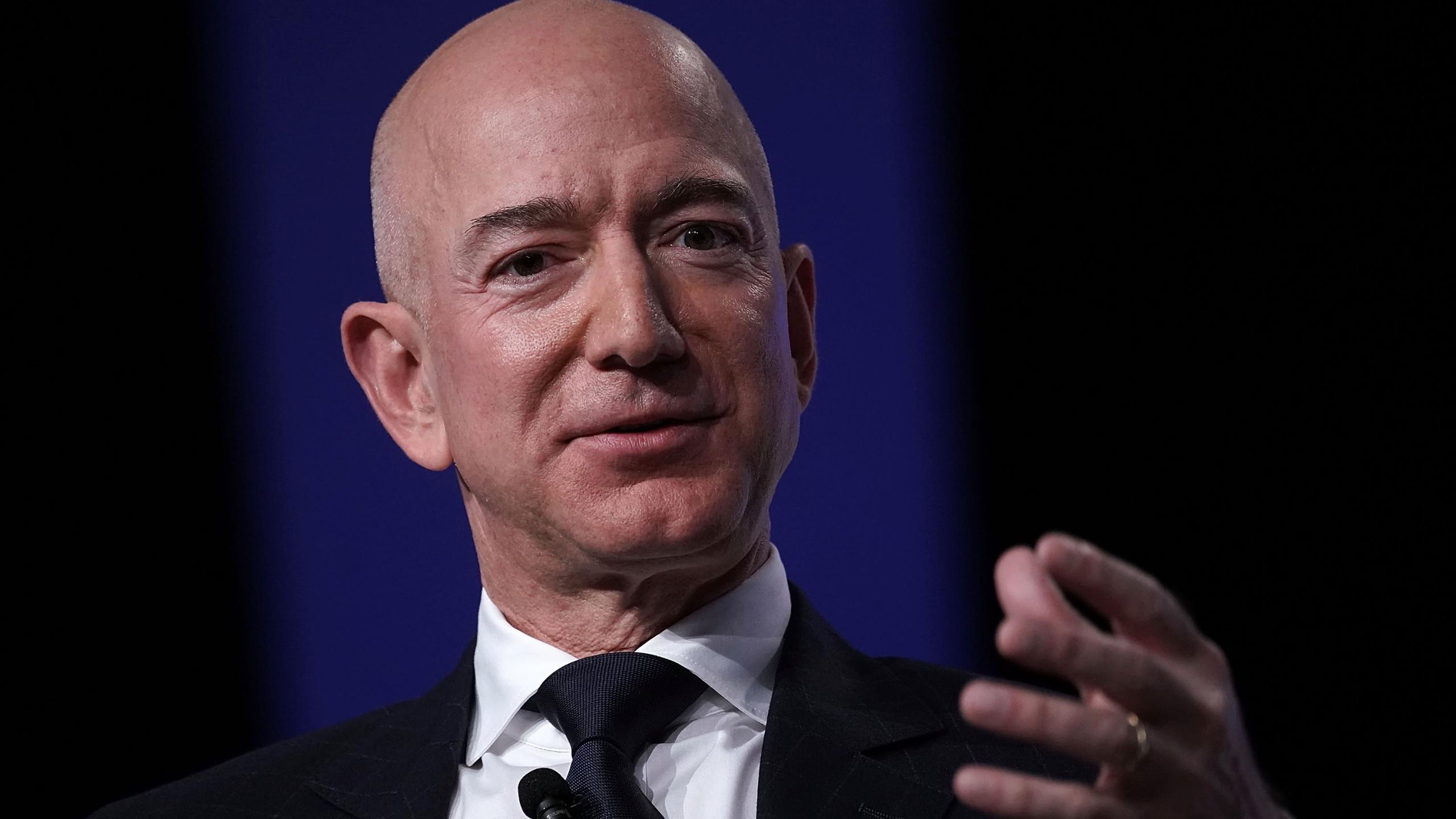 Jeff Bezos, dünyanın en zengin adamı olarak, Bill Gates'in yerini aldı.