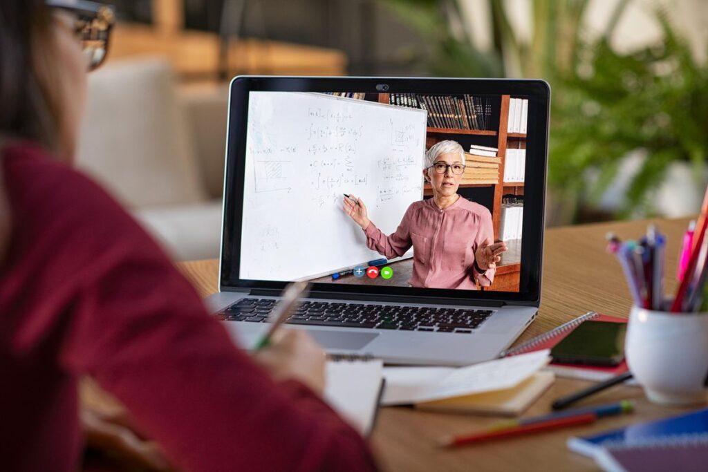 Çevrimiçi öğrenme, öğrenme ortamınızı kişiselleştirme ayrıcalığını sağlar. İ