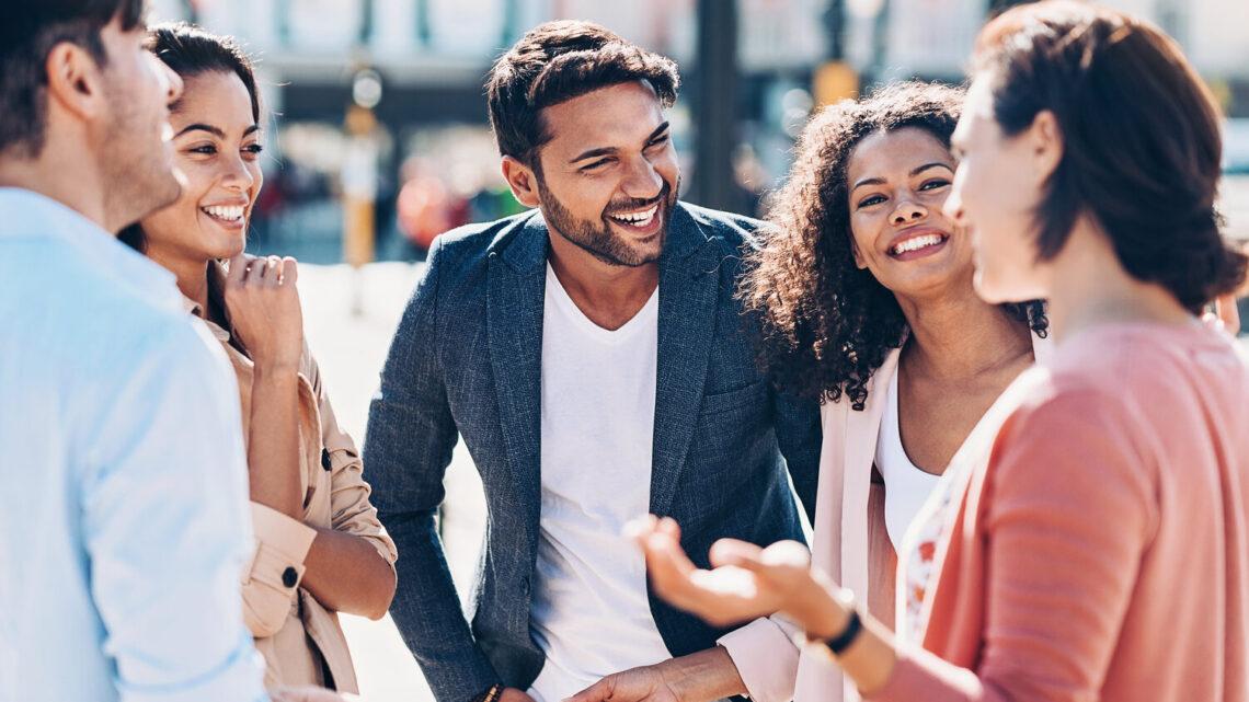 Sosyal etkinliklerde garip bir insan olduğunuzu düşünüyor veya utangaç olduğunuz için sohbetlere girmekte zorlanıyor olabilirsiniz.