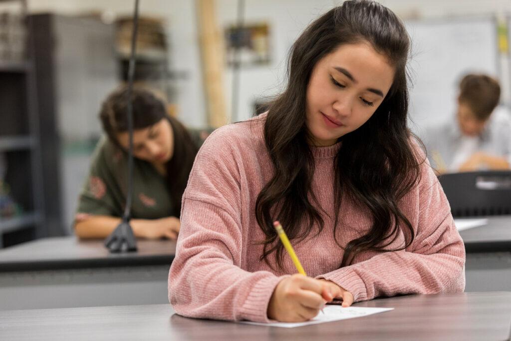 Çocuğunuz kendini teste sokuyorsa, önceden planlamasını ve sınav başladığında bazı kontroller için erken varmasını hatırlatın.