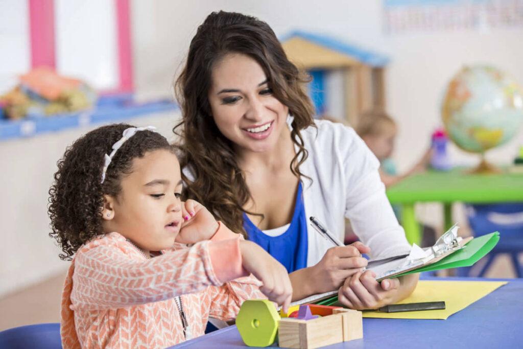Çocuğunuzun notlarının sürekli kaymaya başladığını fark ederseniz, çocuğunuzun karşılaşabileceği sorunlar hakkında konuşmak için öğretmeniyle bir toplantı yapın
