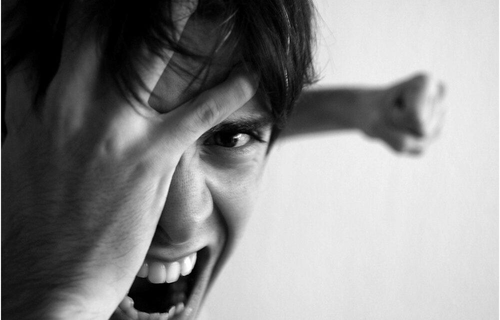 Öfkeli insanlar, ister istemez olayları çarpıcı bir şekilde algılar.