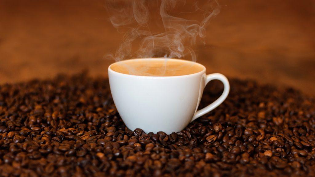 Çay ve kahve, içerdiği kafeinle uyarıcı etki gösterir.