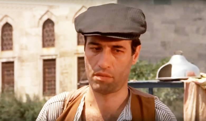 Kemal Sunal, kariyeri boyunca onlarca tiyatro ve filmde yer almıştır.