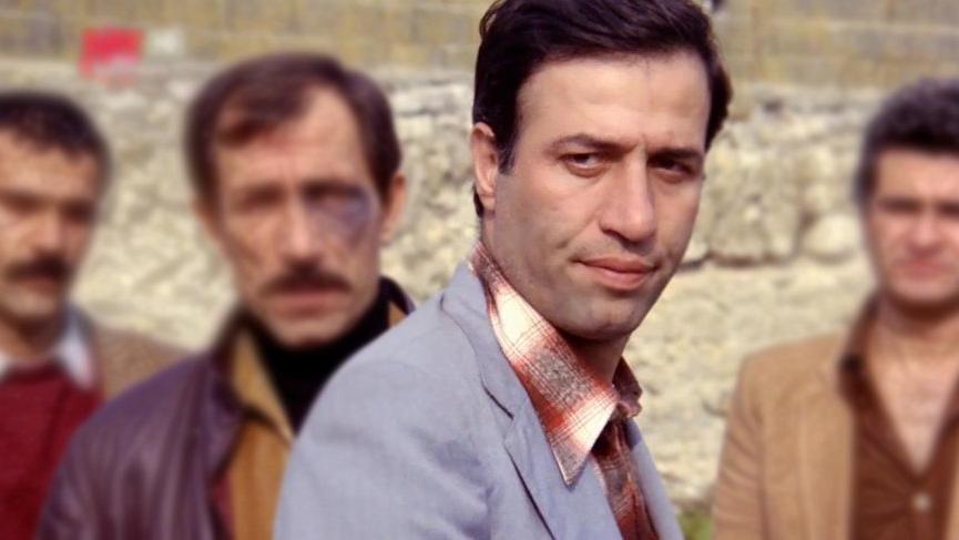 Kariyeri boyunca birçok sıkıntı çeken Kemal Sunal, kendini geliştirmeye devam etmiş ve çeşitli tiyatro sahnelerinde uzun yıllar çalışmıştır.