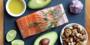 Omega 3 yağ asitlerinin ruh ve beden sağlığı üzerine etkileri tartışılmazdır. Vücudun omega-3 ihtiyacını karşılayabilmek için haftada 2-3 gün ızgra veya fırında pişmiş deniz balığı (özellikle uskumru, sardalya, somon ve ton ) tüketmeye özen gösteriniz.