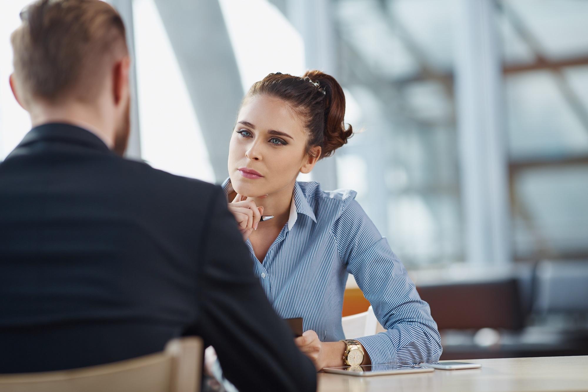 Profesyonel satış temsilcileri, üstün dinleme becerilerini kullanarak iletişimi nasıl geliştireceklerini bilirler.