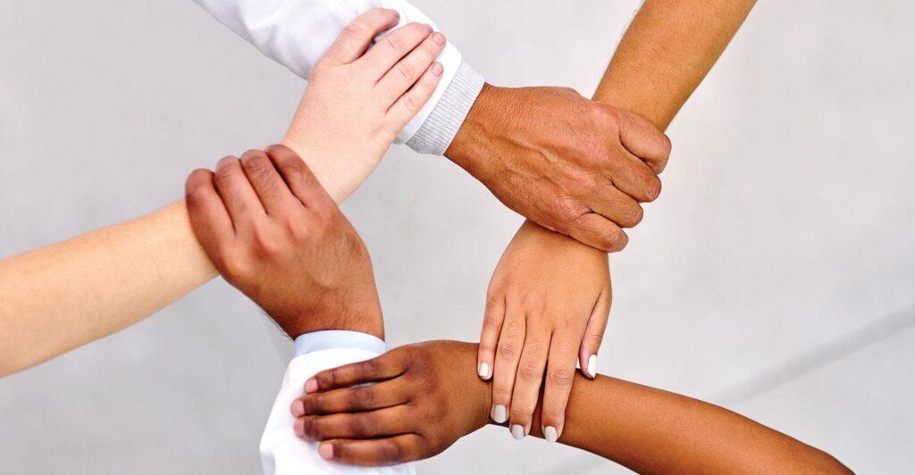 Takım işbirliği, inovasyonu teşvik eden yenilikçi fikirler getirir.