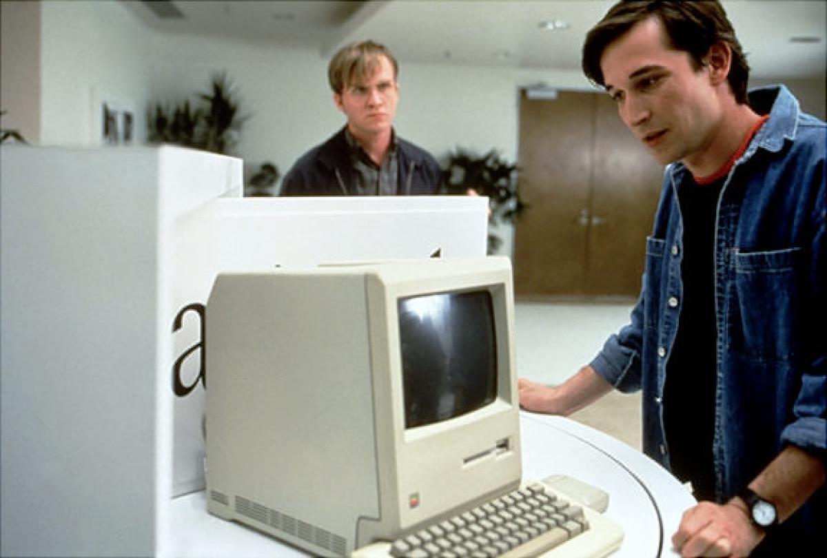 Girişimcilik Filmleri - Bu, 1980'lerde teknoloji imparatorluklarını inşa ettikleri için Steve Jobs ve Bill Gates'in başlangıcını gösteren klasik bir film.