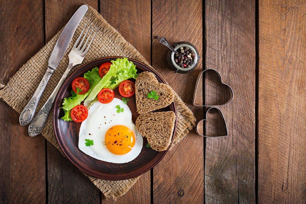 Öncelikle vücudun yakıtı, metabolizmayı çalıştıran, güne maksimum enerjiyle başlamamızı sağlayan kahvaltı öğünümüz vazgeçilmezimiz olmalı.