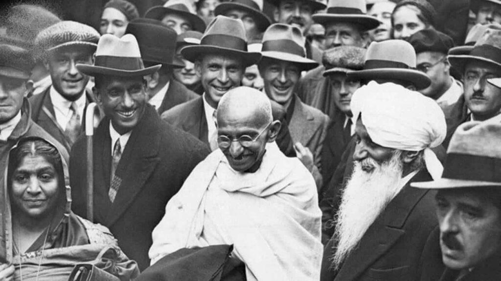 """Gandhi - """"Davranışın ana kuralı karşılıklı hoşgörüdür. Çünkü hiçbir zaman aynı biçimde düşünmeyiz ve gerçeğin yalnız bir parçasını ve değişik açılar altında görürüz."""""""