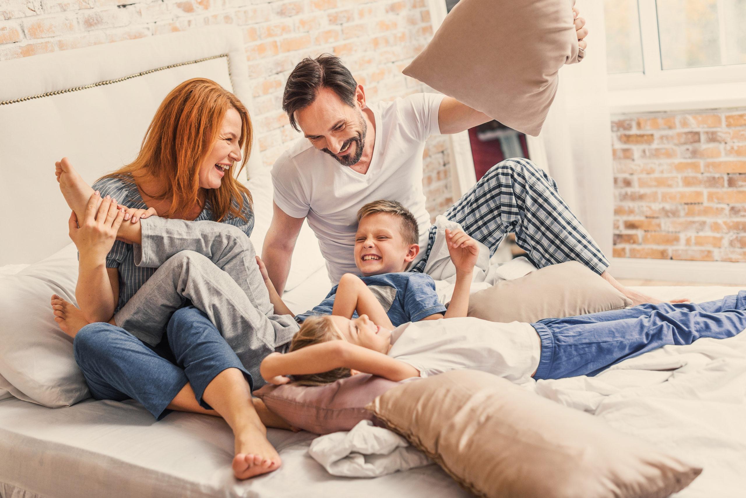 Ancak aynı evde yaşayıp da konuşmayan, muhabbet etmeyen o kadar çok aile var ki!