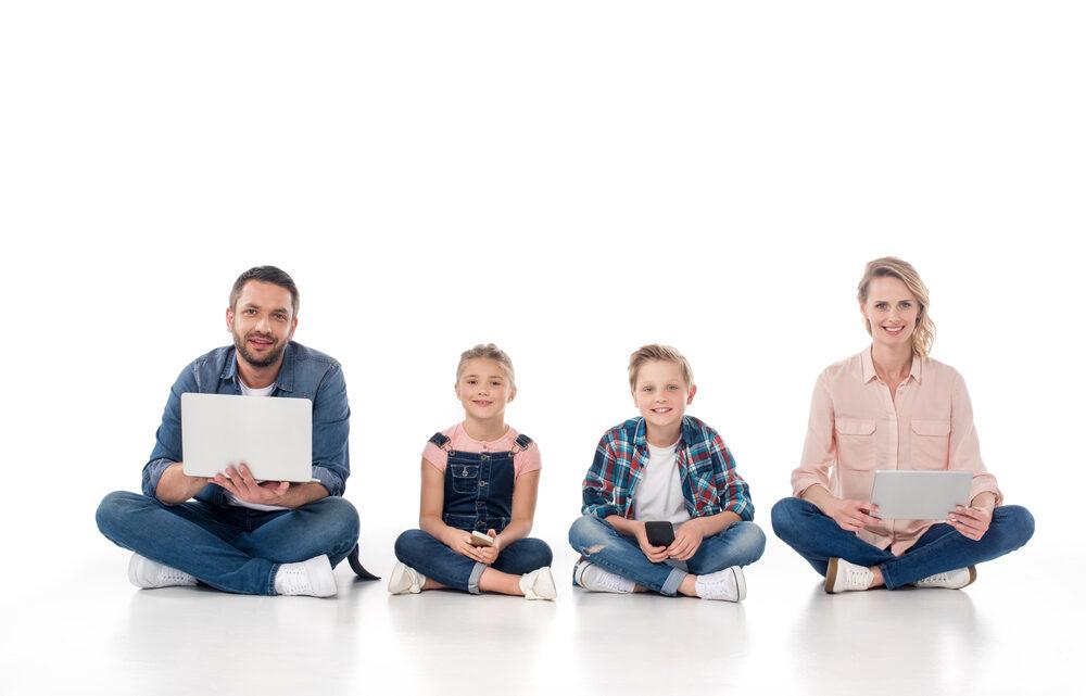 """Dijital ebeveynlik tanımında """"dijital"""" kavramıyla kastedilen; oyun, eğlence, araştırma, vakit geçirme gibi herhangi bir amaç için kullanılabilen her türlü elektronik araçtır."""