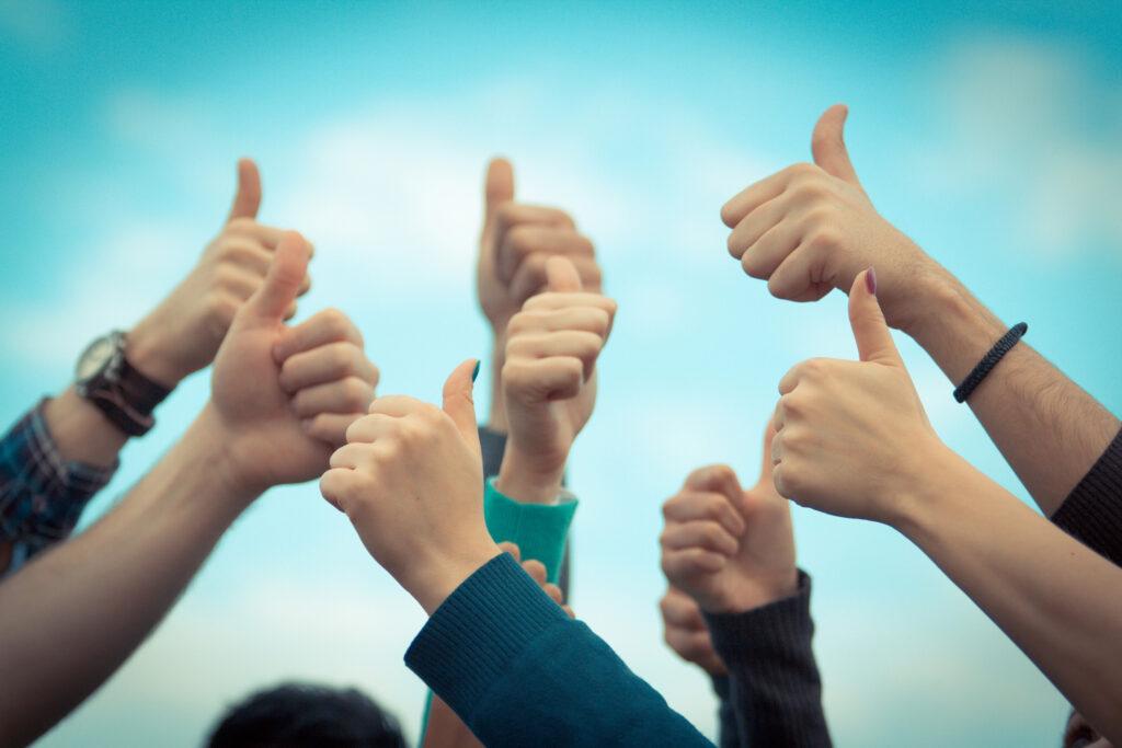 O sırada neyle uğraşıyor olursanız olun, üst ekip, alt ekip, arkadaşlarınız veya akrabalarınız başarılıysa, onları tebrik eden biri olun.