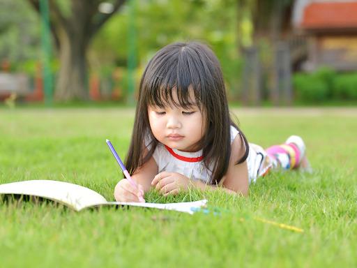 Saatlerce çalışmak sadece materyali tutmayı zorlaştırmakla kalmaz, aynı zamanda çocuğunuzun materyale sabitlenmesini sağlar ve kaygı duygularına yol açar.