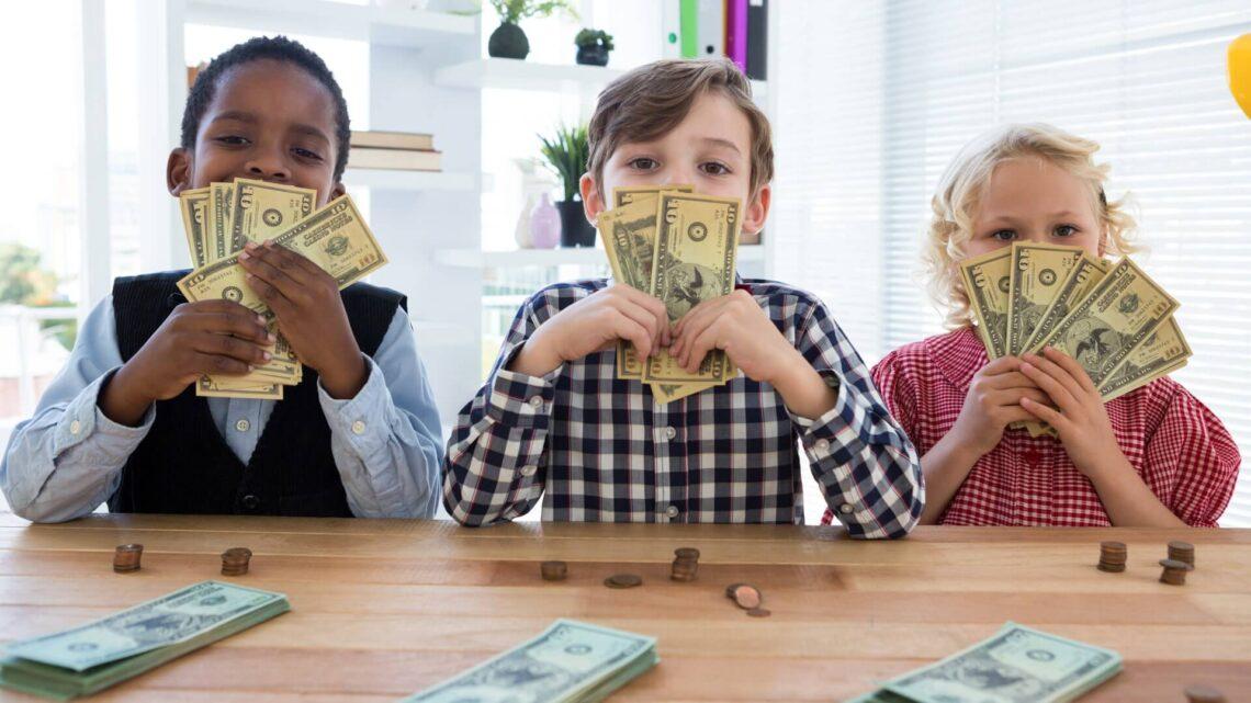 Çocuklarınıza parayı nasıl yöneteceklerini öğretmezseniz, gider başkalarından öğrenirler.
