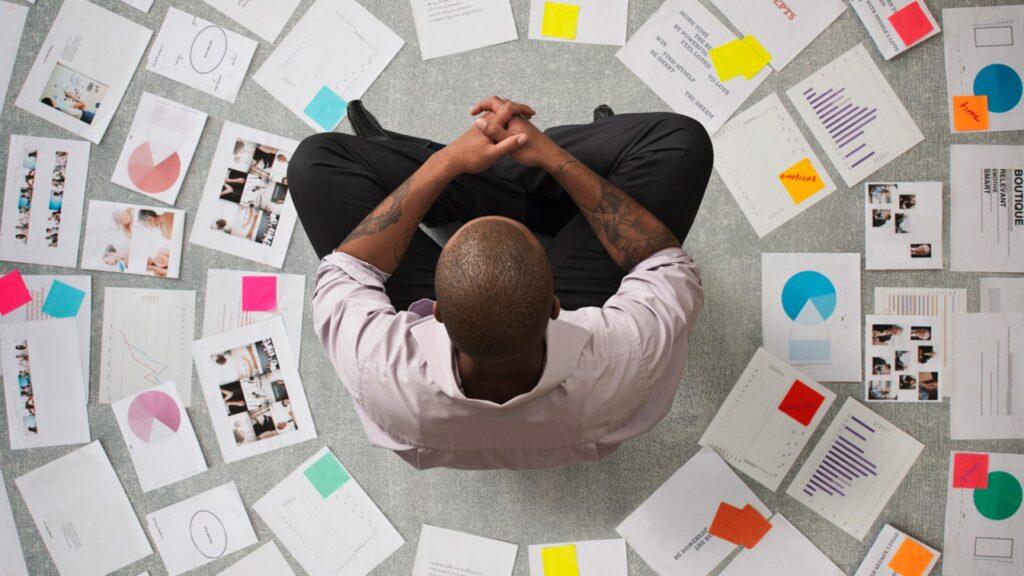 Stratejik düşünme, geleceği tahmin etme, hazırlama ve konumlanma becerisidir.