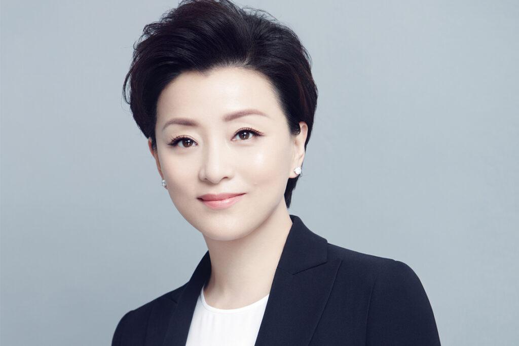 Yang Lan, Sun Media Group'un önde gelen kadın medya girişimcisi, başkanı ve kurucu ortağı ve popüler bir talk-show sunucusudur.